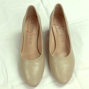 Sole Society ivory/putty pump